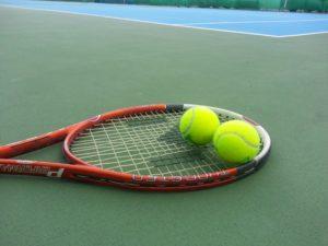 Tennisschläger auf Tennisplatz